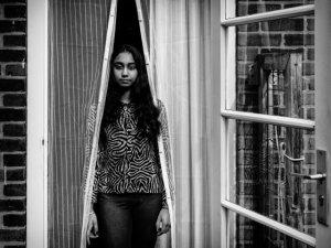 """Diana (13): """"Thuis is als ik weet dat ik mijn eigen plek heb. Bijvoorbeeld aan tafel heb ik mijn vaste plek, of op de bank, of mijn eigen laatje."""""""